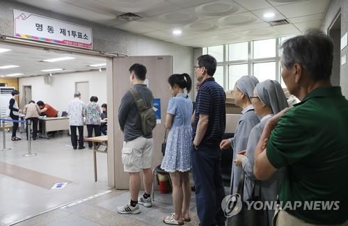 ソウル市内に設けられた投票所=13日、ソウル(聯合ニュース)