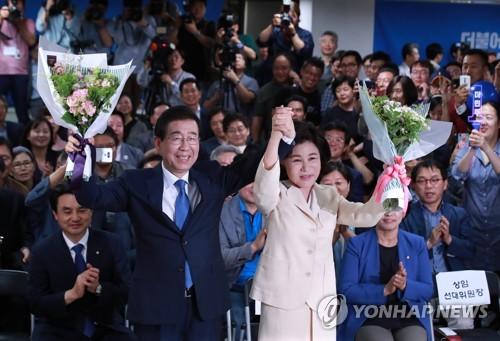 選挙事務所で支持者らにあいさつする朴氏夫妻=13日、ソウル(聯合ニュース)