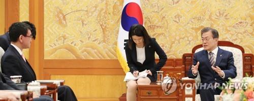 文在寅大統領(右端)と会談する河野太郎外相(左端)=14日、ソウル(聯合ニュース)
