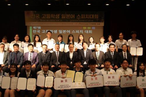 公報文化院で記念撮影を行う参加者と主催関係者ら=23日、ソウル(聯合ニュース)
