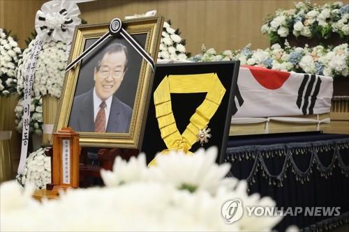 金鍾泌元首相の遺影=27日、ソウル(聯合ニュース)