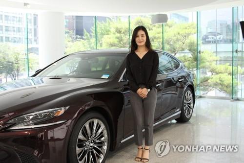 男性中心のイメージが強い自動車販売の世界に24歳で飛び込んだ=24日、ソウル(聯合ニュース)