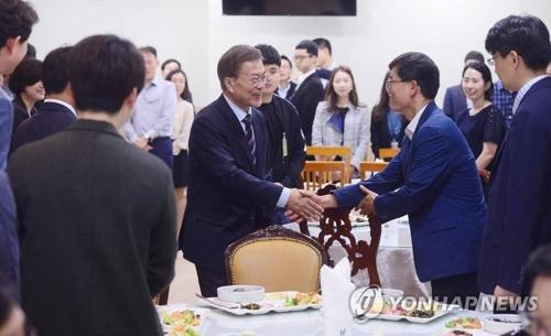 大統領就任から3日目の昨年5月12日に青瓦台の職員食堂で食事をした文大統領(中央)=(聯合ニュース)