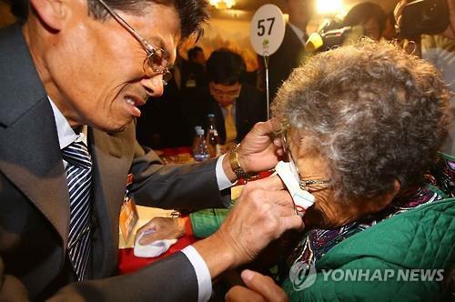 15年10月に行われた再会行事で、涙を流す離散家族(資料写真)=(聯合ニュース)