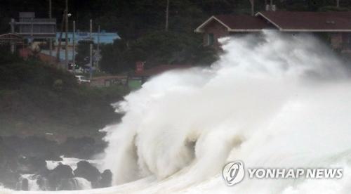 台風7号の接近で荒れる韓国南部の海(資料写真)=(聯合ニュース)