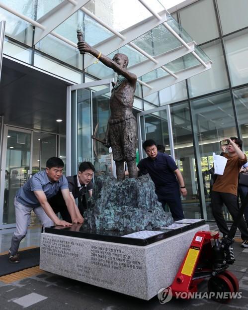 歴史館から運び出される徴用工像=4日、釜山(聯合ニュース)