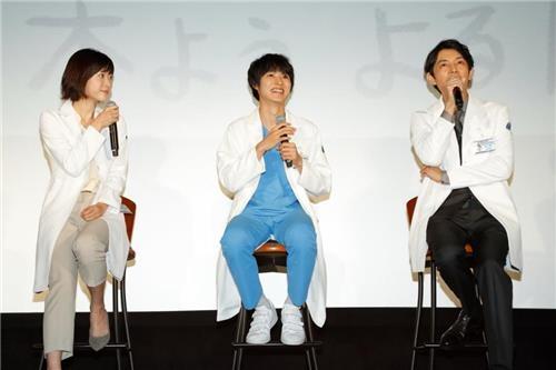 制作発表会に出席した(左から)上野樹里、山崎賢人、