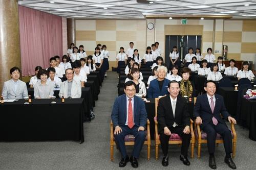 慶州市内のホテルで修学旅行生歓迎会が行われ、朱洛栄慶州市長などがあいさつした(慶州市提供)=(聯合ニュース)