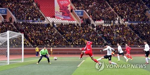 15年10月、平壌で開かれた南北労働者サッカー大会=(聯合ニュース)