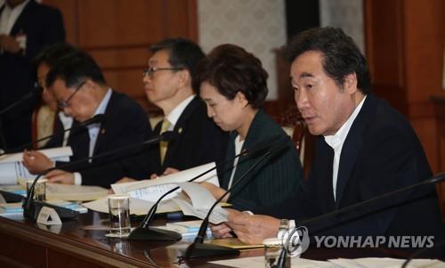 委員会で発言する李洛淵首相(右端)=10日、ソウル(聯合ニュース)