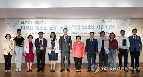 フォーラムに出席した女性家族部の鄭鉉栢長官(左から7人目)と聯合ニュースの趙成富社長(同6人目)=11日、ソウル(聯合ニュース)