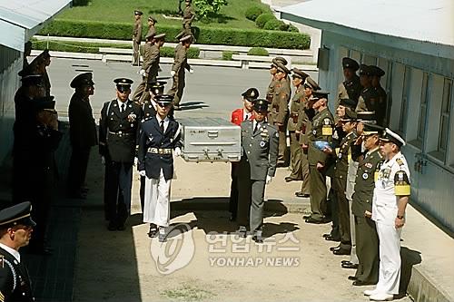 1998年、朝鮮戦争当時に北朝鮮で行方不明となった米兵の遺骨が板門店で在韓国連軍司令部に引き渡された(資料写真)=(聯合ニュース)
