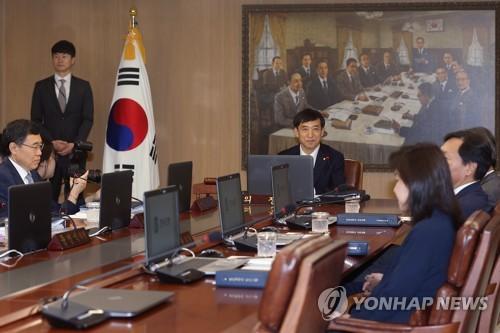 金融通貨委員会に出席した韓国銀行の李柱烈総裁(奥)=12日、ソウル(聯合ニュース)