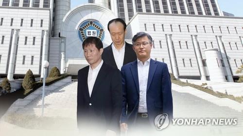 アン・ボングン被告(手前左)とチョン・ホソン被告(手前右)、李載晩被告=(聯合ニュースTV)