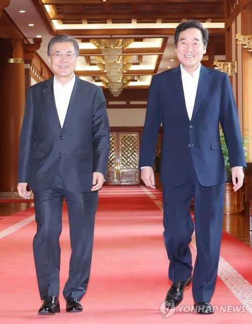 文大統領(左)と李首相(資料写真)=(聯合ニュース)