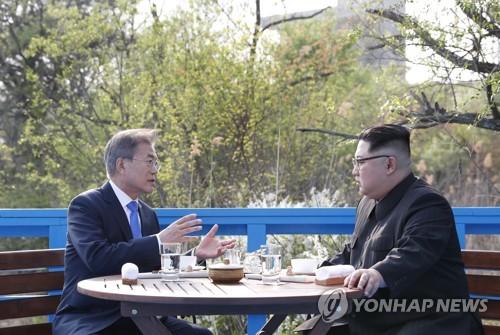 4月27日、板門店で会談を行う文大統領(左)と金正恩(キム・ジョンウン)国務委員長(朝鮮労働党委員長)=(聯合ニュース)