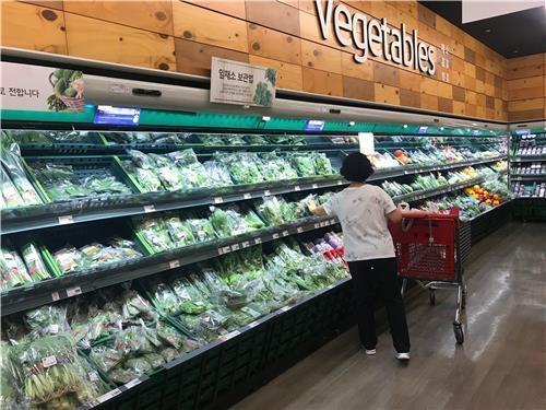 大型スーパーで野菜を選ぶ買い物客=8日、ソウル(聯合ニュース)