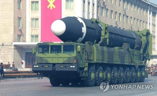 朝鮮人民軍創建70周年の閲兵式に登場したICBM級の「火星15」=(聯合ニュース)