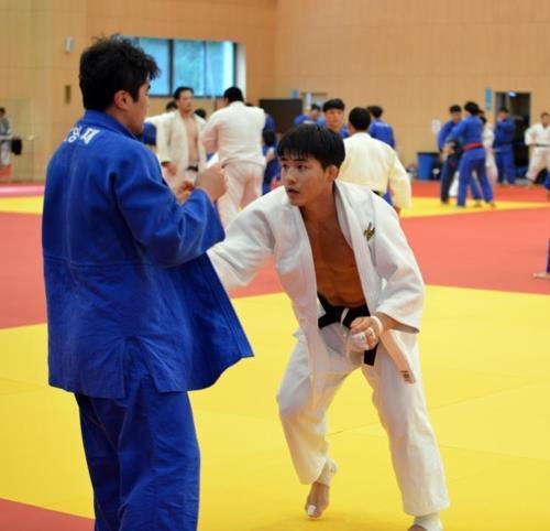 鎮川国家代表選手村で練習する安昌林(右)=9日、鎮川(聯合ニュース)