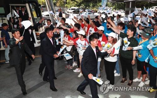 宿泊先のホテルに到着した北朝鮮代表団と歓迎する韓国側の応援団=10日、ソウル(聯合ニュース)