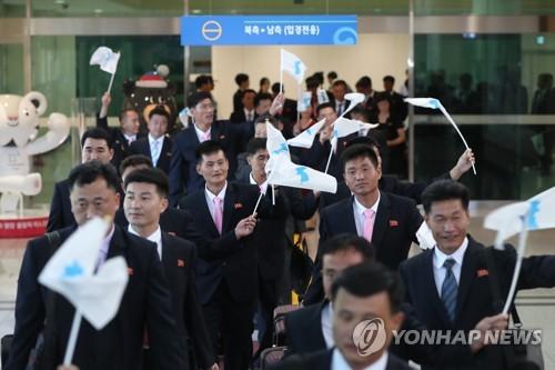 南北出入事務所に到着した北朝鮮代表団=10日、坡州(聯合ニュース)