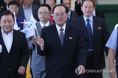 韓国に到着した朱英吉委員長(中央)=10日、坡州(聯合ニュース)