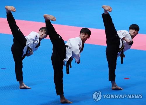 男子団体で金メダルを獲得した3人=19日、ジャカルタ(聯合ニュース)