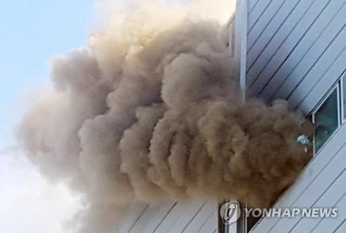 21日午後3時43分ごろ、仁川市内にある電子製品メーカーの工場で火災が発生した(仁川消防本部提供)=21日、仁川(聯合ニュース)
