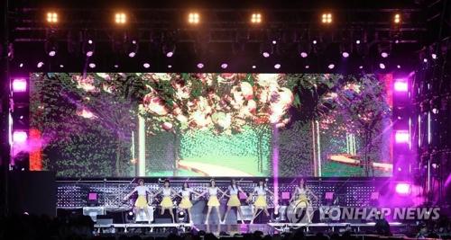 K—POPメガコンサートでステージに立つNATURE=(聯合ニュース)
