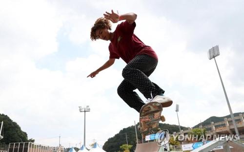アクションスポーツのスケートボード種目に出場した選手が、巧みな技を披露している=(聯合ニュース)