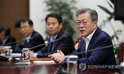南北首脳会談準備委員会の初会合に出席し、発言する文大統領=6日、ソウル(聯合ニュース)