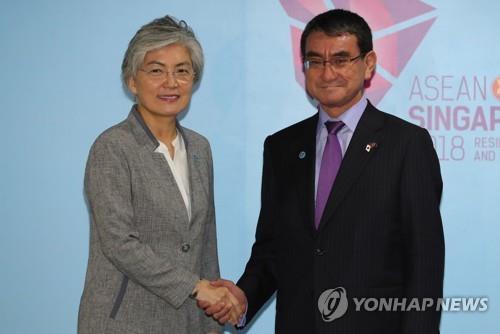 8月2日にシンガポールで会談した康長官(左)と河野外相(資料写真)=(聯合ニュース)