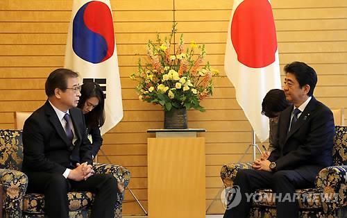徐氏(左)と安倍首相(資料写真)=(聯合ニュース)