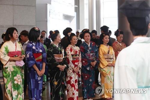 会場の入り口で両国の伝統衣装を着て来場客を迎えるイベント関係者ら=9日、ソウル(聯合ニュース)