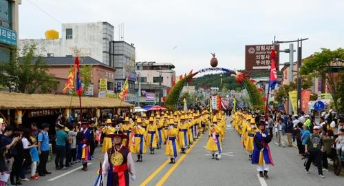 昨年の百済文化祭で行われたパレード(扶余郡提供)=(聯合ニュース)