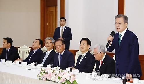 懇談会であいさつする文大統領=13日、ソウル(聯合ニュース)