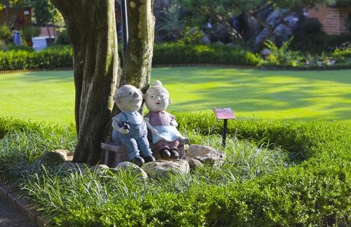 楊平の庭園に置かれた人形=(聯合ニュース)