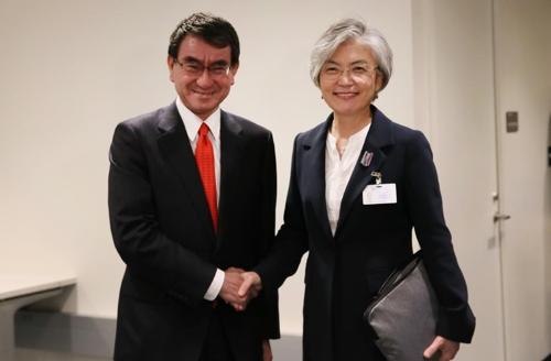 会談で握手を交わす康長官(右)と河野外相(外交部提供)=26日、ニューヨーク(聯合ニュース)