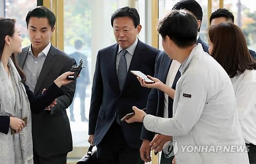 報道陣の質問には答えなかった=8日、ソウル(聯合ニュース)