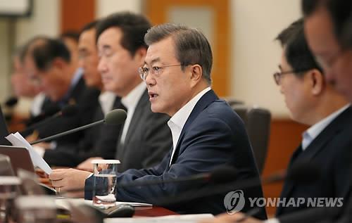 閣議で発言する文大統領=8日、ソウル(聯合ニュース)