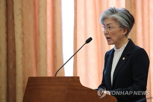国政監査で質疑に応じる康長官=10日、ソウル(聯合ニュース)