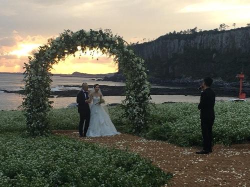 DJ DOCのイ・ハヌルさんが17歳年下の女性と結婚した(所属事務所提供)=(聯合ニュース)
