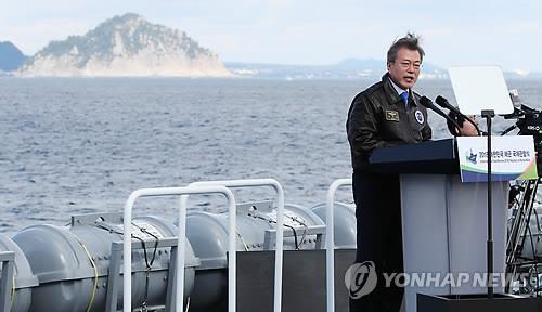 揚陸艦「日出峰」で演説する文大統領=11日、西帰浦(聯合ニュース)