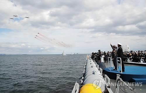 海上パレードを観覧する文大統領ら=11日、済州(聯合ニュース)