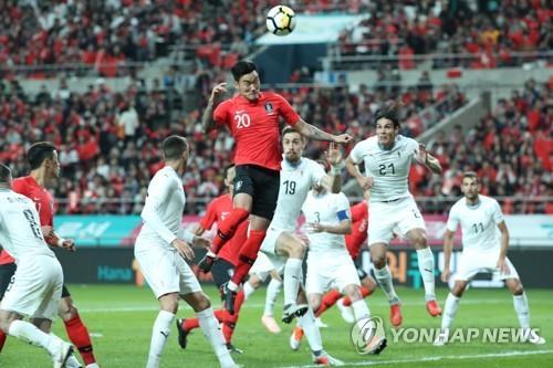 ボールを競り合う選手たち=12日、ソウル(聯合ニュース)