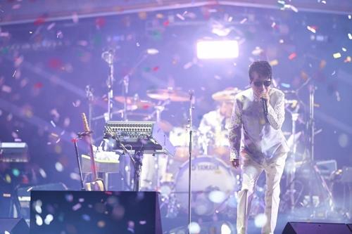 デビュー50周年の記念ツアーで熱唱するチョー・ヨンピル(推進委員会提供)=(聯合ニュース)
