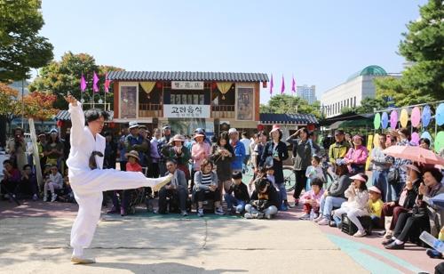 当時を再現した市場で上演された伝統演劇(組織委員会提供)=(聯合ニュース)