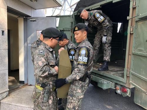 撤収作業の様子(国防部提供)=25日、ソウル(聯合ニュース)