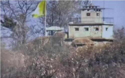 北朝鮮側のGPに掲げられた黄色い旗(国防部提供)=(聯合ニュース)