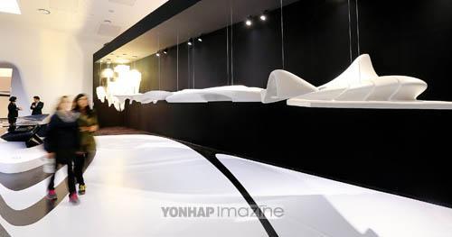 (서울=연합뉴스) 김주형 기자 = DDP 설계자인 자하 하디드의 작품 세계를 살펴볼 수 있는 '자하 하디드 360°' 전.  kjhpress@yna.co.kr